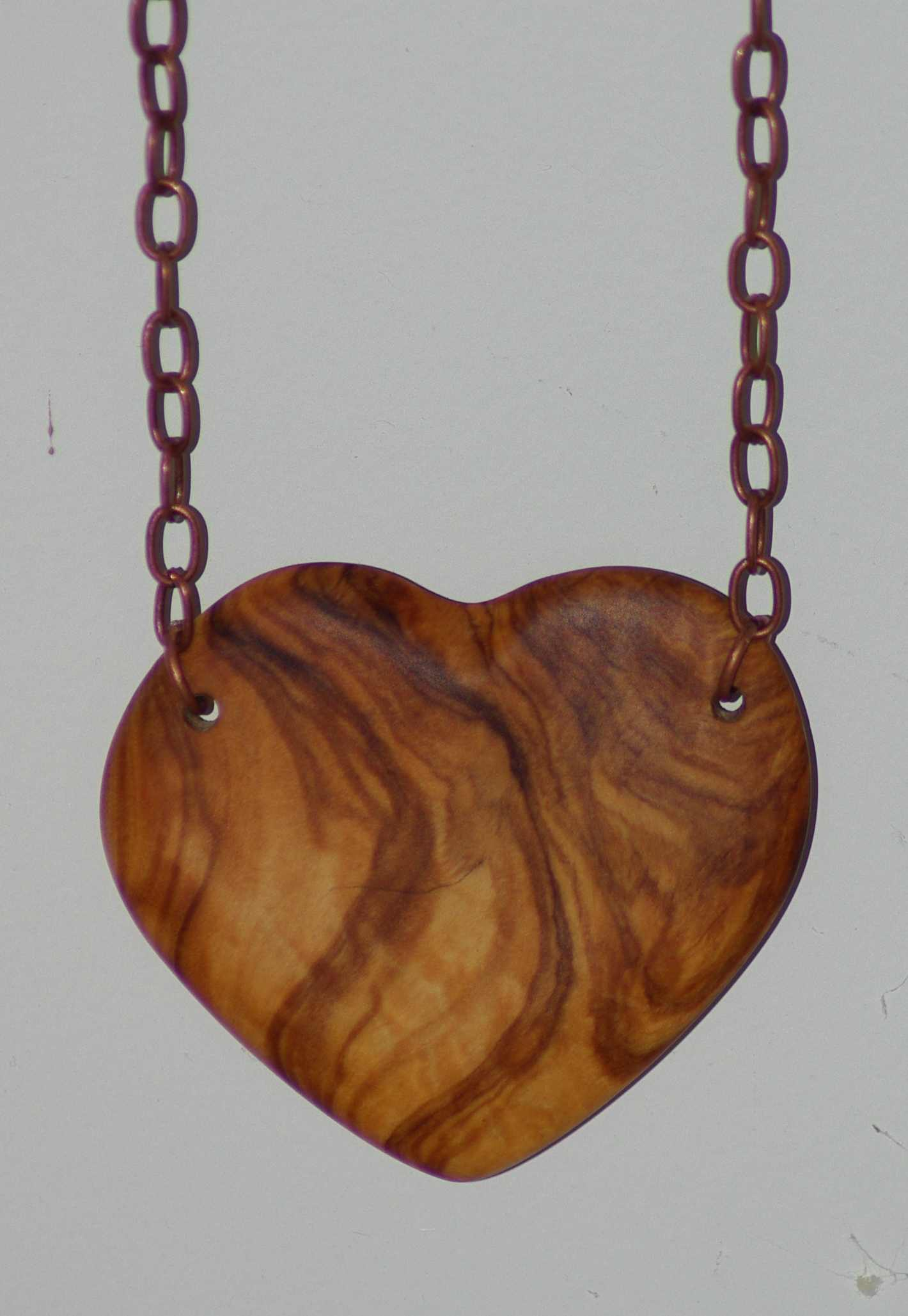 un gros coeur en bois d olivier mont sur chaine le. Black Bedroom Furniture Sets. Home Design Ideas